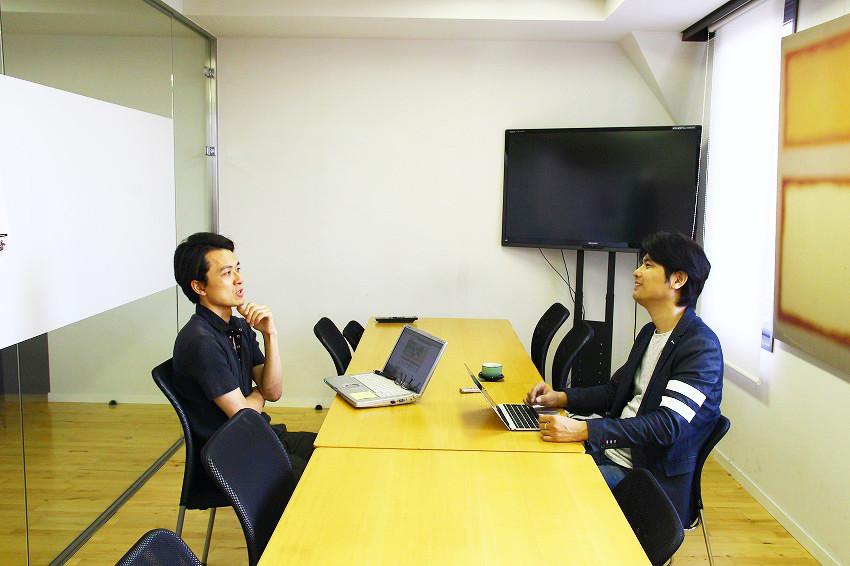 左:株式会社ピーバンドットコムの取締役COO 後藤康進さん/右:IoTNEWS代表小泉耕二