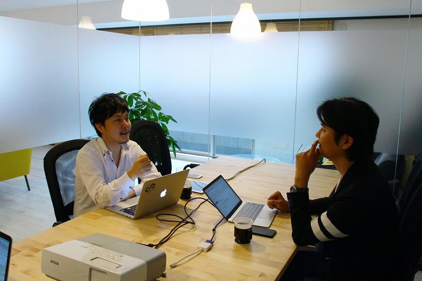 左:カラフル・ボード株式会社 代表取締役CEO 渡辺祐樹さん/右:IoTNEWS代表 小泉耕二