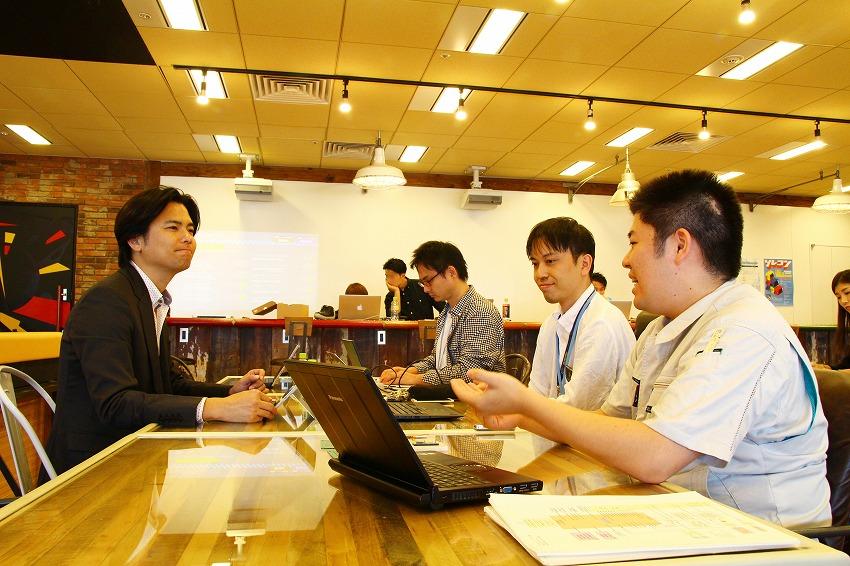 左:IoTNEWS代表 小泉耕二/右手前:電気エンジニアの矢野元章さん、右中央:組込みソフトウェアエンジニアの奥原史至さん、右奥:セールス・マーケティング・広報 甲斐祐樹さん