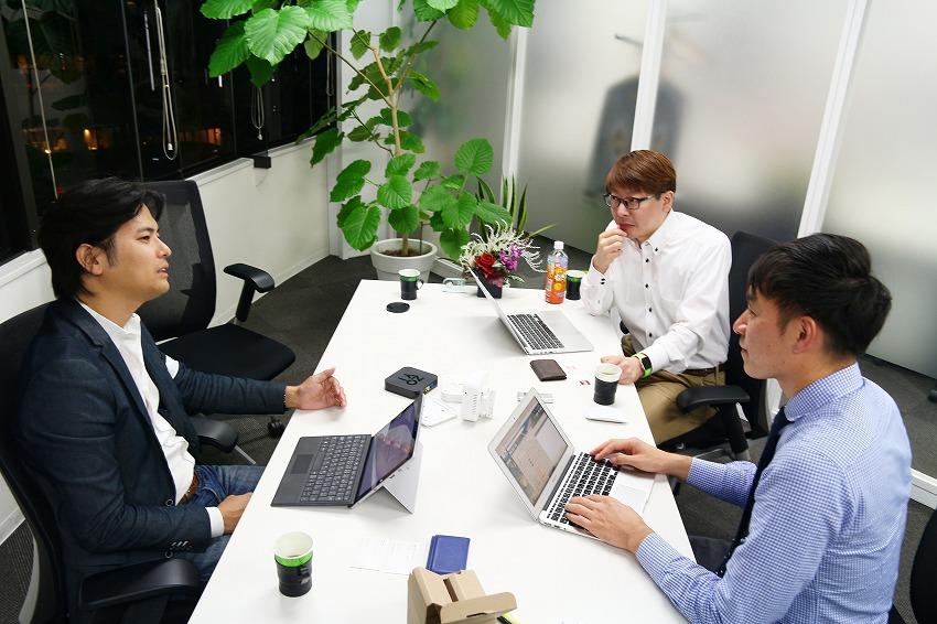 左:IoTNEWS代表 小泉耕二/右手前:株式会社モバイルAブリッジ 取締役COO 松井康至さん、右奥:株式会社モバイルAブリッジ 取締役 CTO 森谷武浩さん