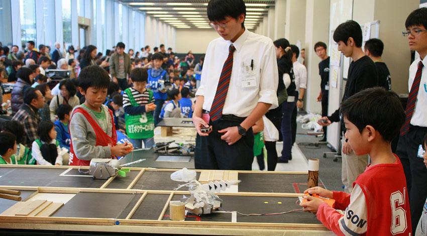 芝浦工業大学、第15回「S.I.T.ロボットセミナー全国大会」を開催。全国から上位入賞140名の小中学生が集合。手作りロボットで白熱の日本一決定戦。