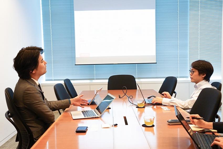 左:IoTNEWS代表 小泉耕二/右:日本オラクル クラウド・テクノロジー事業統括 Fusion Middleware事業本部 ビジネス推進部 担当ディレクター 杉 達也氏