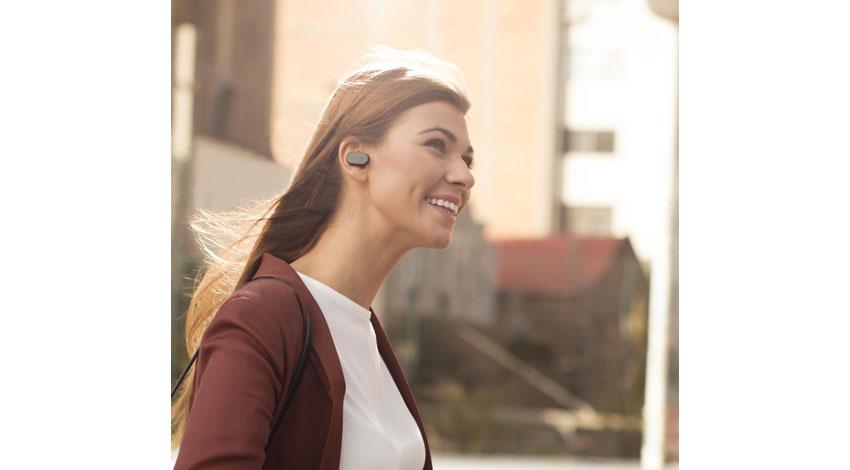 ソニーモバイル、耳に装着しハンズフリーでの通話、メッセージの送受信、情報検索などが可能なスマートプロダクト「Xperia Ear」を発売
