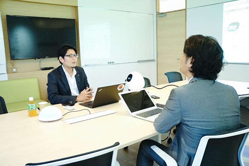 左:スマートメディカル株式会社 取締役 ICTセルフケア事業本部長 下地 貴明氏/右:IoTNEWS代表 小泉耕二