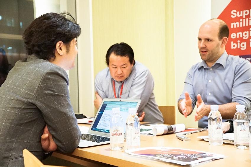 左:IoTNEWS代表 小泉耕二/右手前:Raspberry Pi財団創設者・開発者 Eben Upton(エベン・アプトン)氏