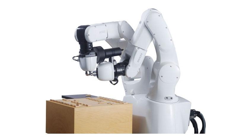 デンソー、2台体制ロボットアームを搭載した新たな代指しロボット「電王手一二さん」を提供