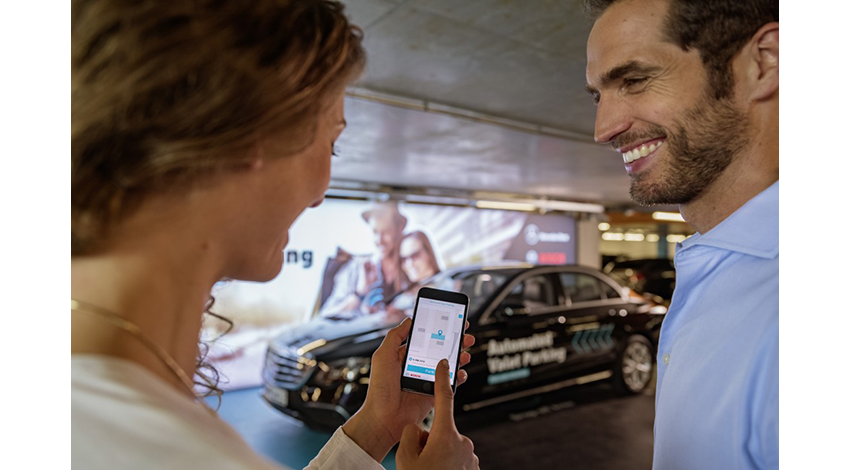 ボッシュとダイムラー、スマートフォンで操作できる自動バレットパーキングを実現