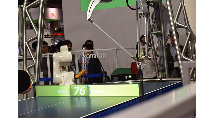 オムロンの卓球ロボット「フォルフェウス」、新たにトスを上げてサーブを打つ機能を追加