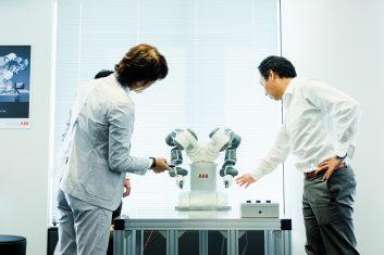 ヒトと隣り合って働く協働型双腕ロボット「YuMi(ユーミィ)」 ーABB インタビュー(後編)