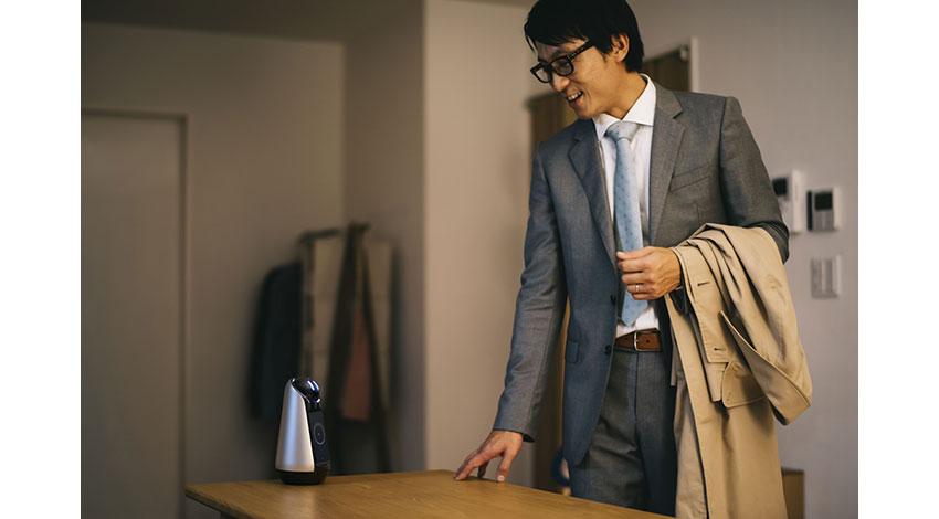 ソニー、家族の一員として日々の暮らしをアシストするコミュニケーションロボット「Xperia Hello!」を発売