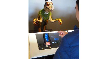 """ロボットがはたらく「変なホテル ハウステンボス」、新光商事の""""空中結像の操作装置""""「AIplay」を採用したフロントシステムが稼働開始"""