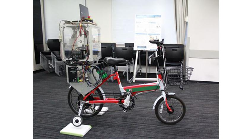 芝浦工業大、ジャイロ制御による低速時の自転車転倒防止システムを開発