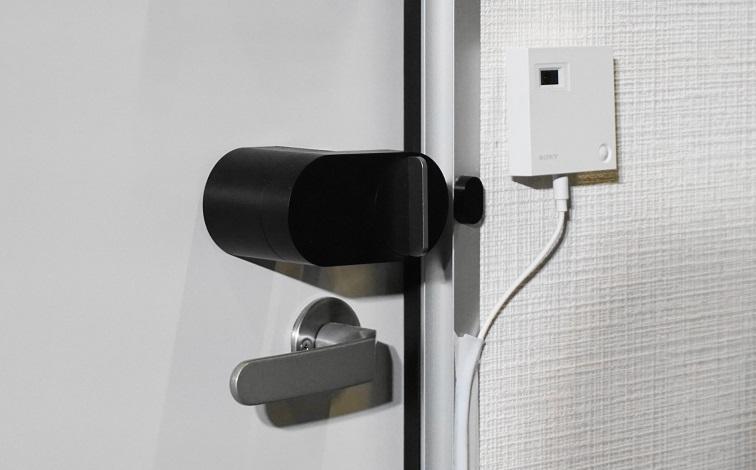 家族の存在を検知してシャッターの開閉を自動判断する室内コミュニケーションカメラとQrio社製のドアロック設置例