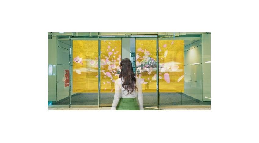 ナブテスコと凸版印刷、自動ドアに映像を投影する「コネクトドア」を共同開発