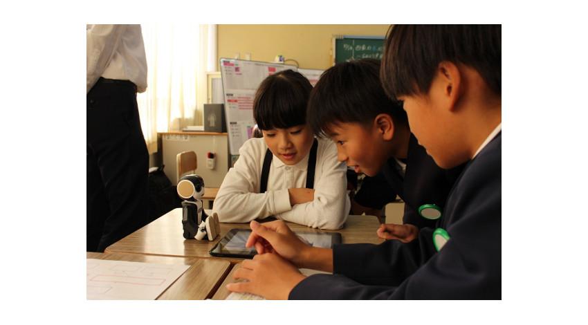 シャープと広島大学、「ロボホン」活用したプログラミング教育の実証授業を広島で開始