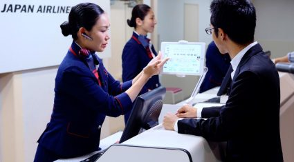 JALがアクセンチュアと協力、AI活用した空港旅客サービス案内支援システムを試験導入