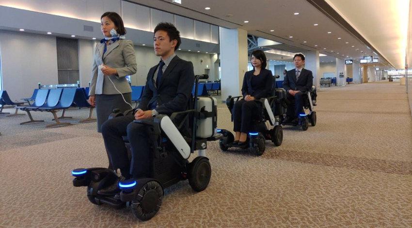 パナソニックとANA、空港でパーソナルモビリティ(自動追従電動車椅子)を活用したサービスの実証実験を実施