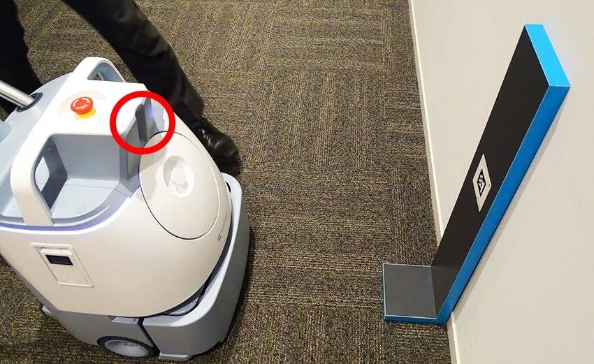 画面右の「ホームロケーションコード」を読み込んで清掃のスタート地点を設定する。赤丸部分に内蔵されているカメラで読み込みスタート地点を認識する