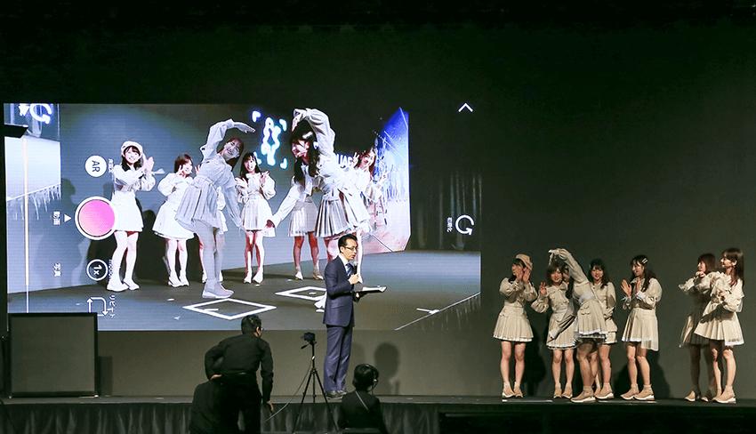 モニター左側に映るのが、3Dコンテンツ化したAKB48のメンバー。お気に入りのアイドルと一緒にポーズを取っているような映像を楽しめる