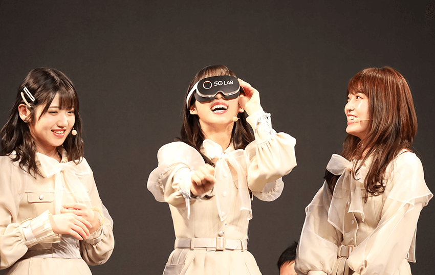 「VR SQUARE」でライブ映像を体験中のAKB48メンバー