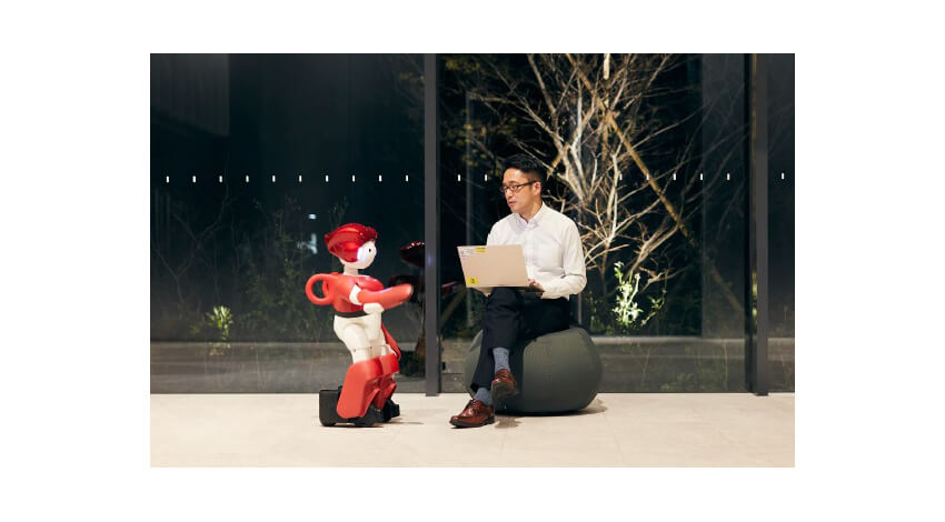 日立・日立ビルシステム、ビル内の業務効率化・利便性向上を図るコミュニケーションロボット「EMIEW」を本格事業化