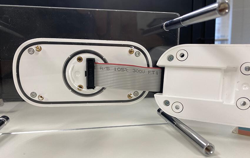 ハードウェア本体は、アンテナ部と、PLCとの接続部の2ピースで構成されている