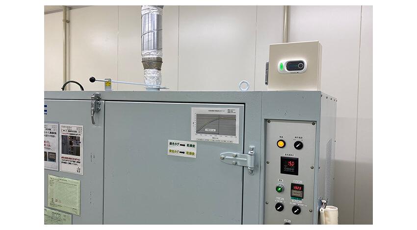 乾燥炉の温度監視にPUSHLOGを利用している場面。これまで人の目で行っていた設備点検の省人化に活用される