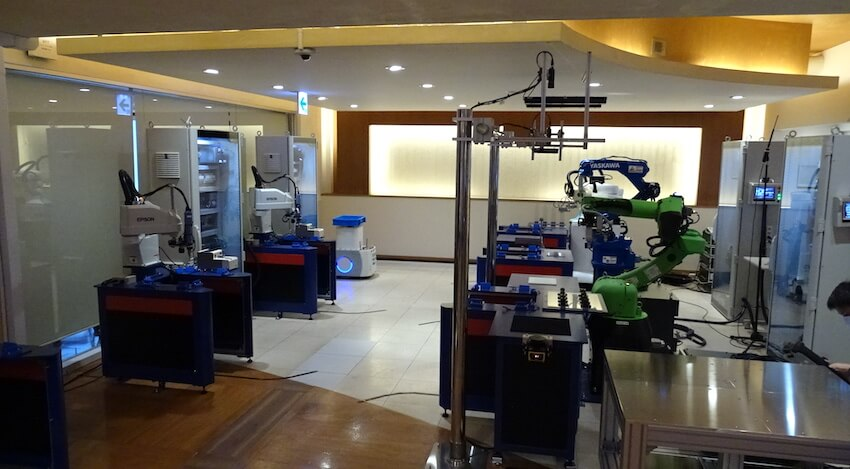 展示されているDX型ロボットジョブショップのデモ機。実際に動いている様子を確認できる。