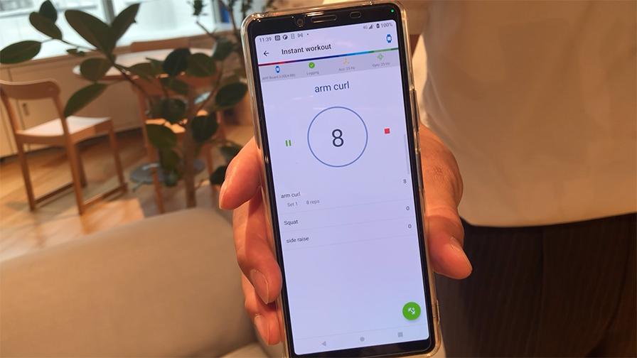 デバイスを付けてフィットネス動作を行うと、スマートフォンのアプリ上でどの動作を何回やったかがリアルタイムで表示される。