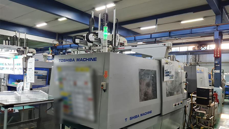 チカラン工場には射出成形機があり、OA機器の部品を製造している。