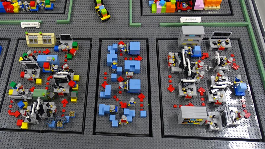 デモラインの工場内の様子。動線や人が入り乱れていていることがわかる。