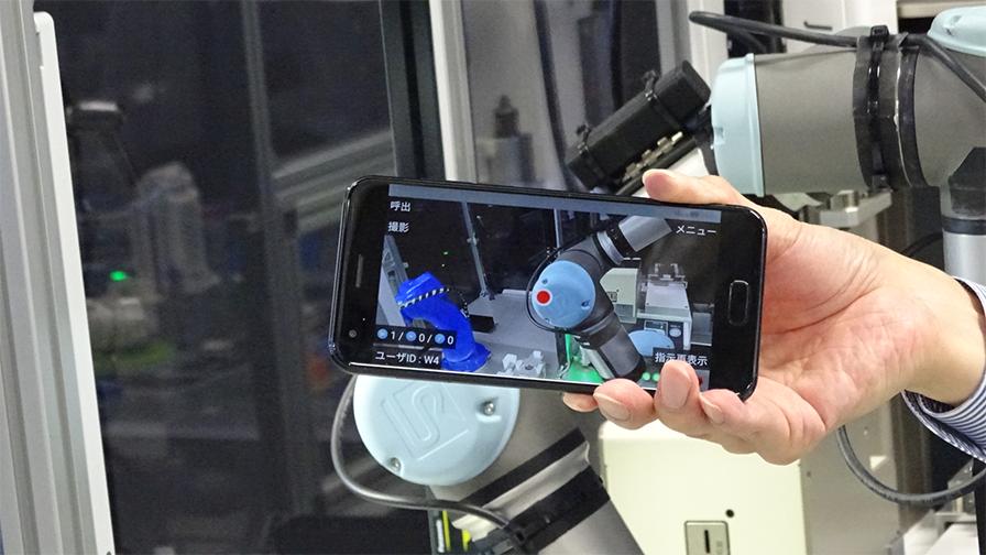 作業者がカメラを使用して現場の状態を遠隔地の熟練者に伝えると、熟練者はポインターなどを使用してアドバイスを送ることができる。