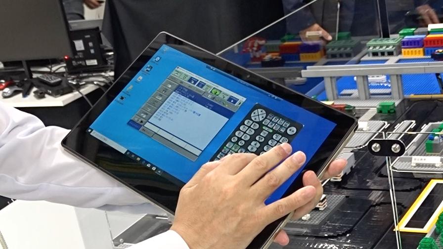 作業者はPCやタブレット上からソフトウェアを操作して遠隔のロボットを操作する。
